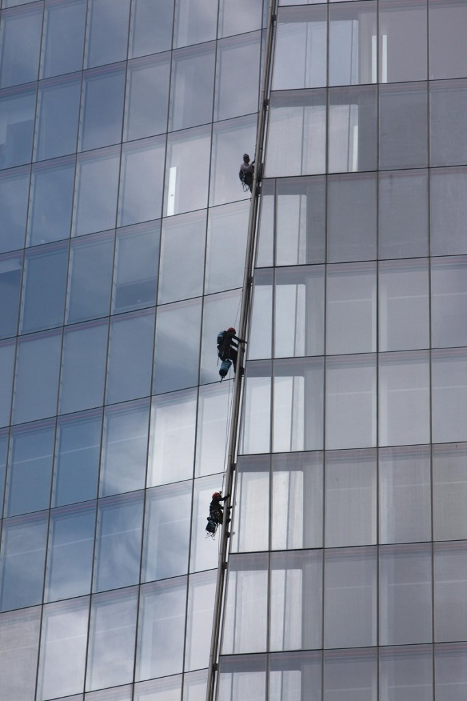 Six women climb the Shard, London to protest against proposed oil drilling in the Arctic. Photo: © 1) David Sandison / Greenpeace