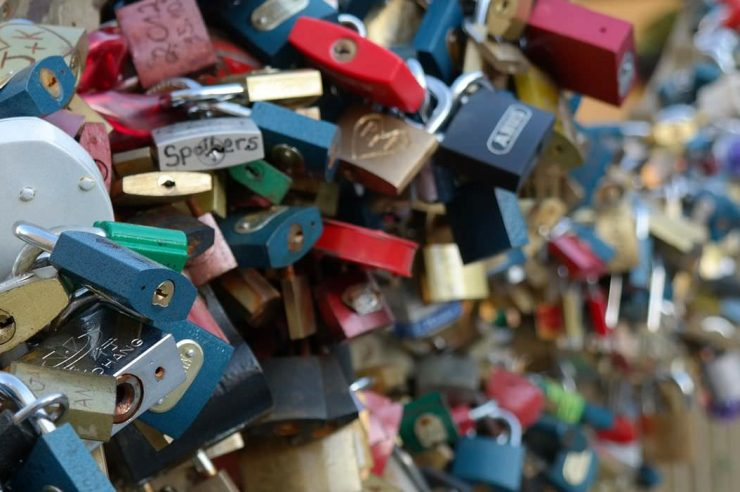 Image for Paris to sell off lovers' locks to fund refugee projects