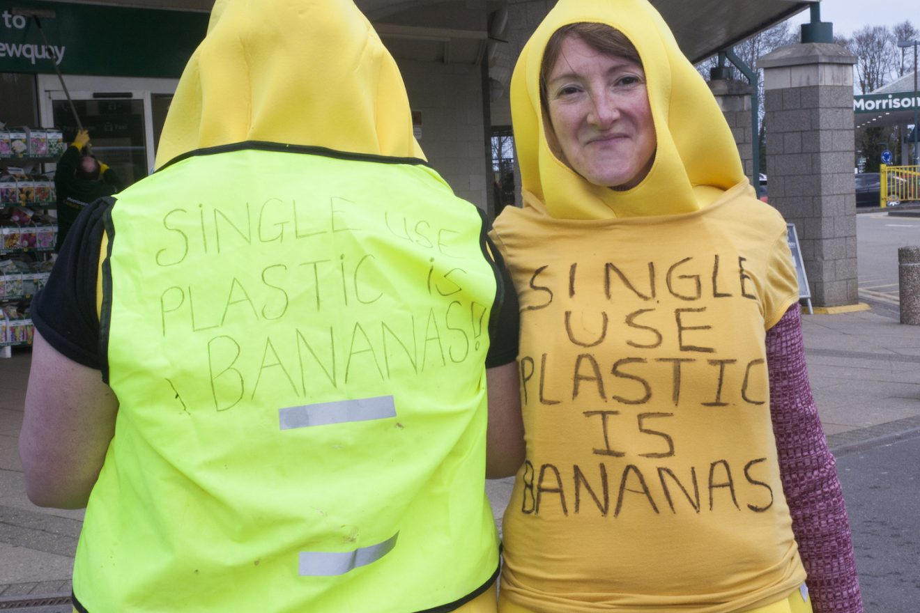 Image for Hundreds take part in UK's first supermarket plastic mass 'unwrap'